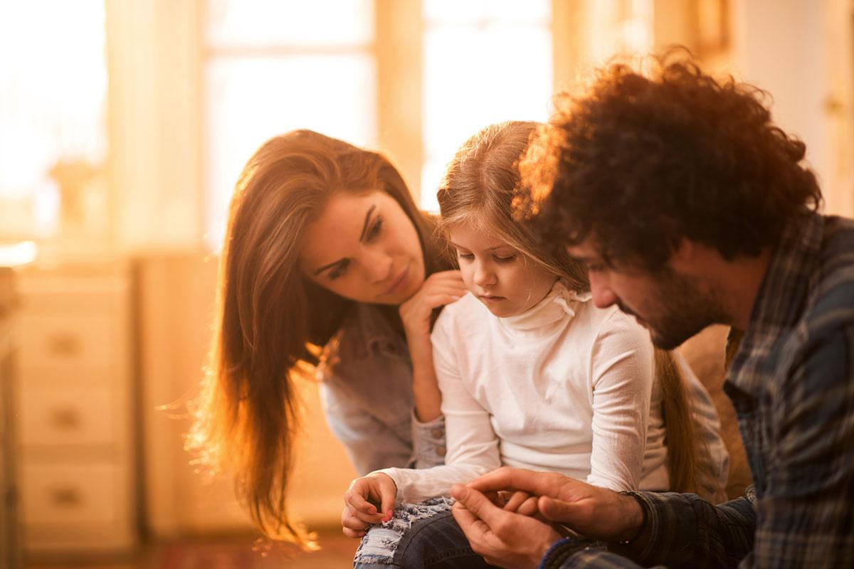 Genitori con bimba triste by Centro di psicoterapia