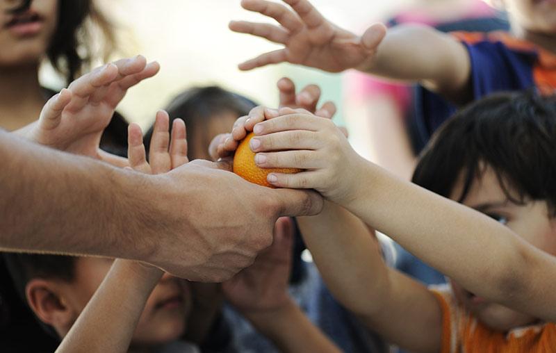 Mani che stringono arancia by centro di psicoterapia Caserta